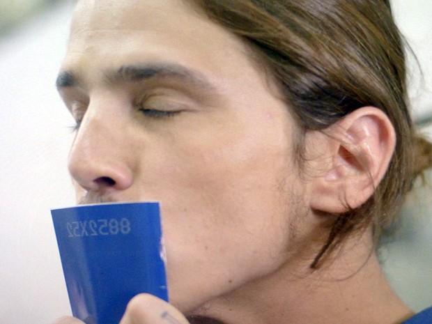 Robertão finalmente tira carteira de trabalho (Foto: TV Globo)