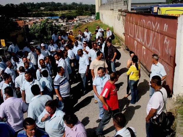 Funcionários da empresa de ônibus   Mobibrasil, são vistos na garagem que fica na   zona sul de São Paulo. A empresa, que   atende da cidade de Diadema, no ABC   Paulista, cruzaram os braços na manhã de   hoje (Foto: Alessandro Valle/ABCDIGIPRESS/Estadão Conteúdo)