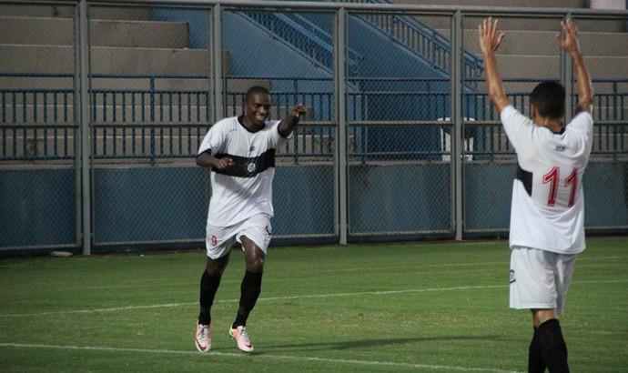 Abuda fez dois gols na goleada do Rio Negro (Foto: Marcos Dantas)