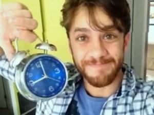 Ator Leonardo Miggiorin usa despertador para controlar o tempo do banho