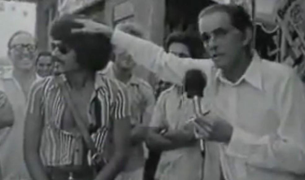 Sempre polêmico, João Saldanha mostrou na Tv teoria de que a cabeleira black power amorteceria a bola no cabeceio (Foto: Reprodução)