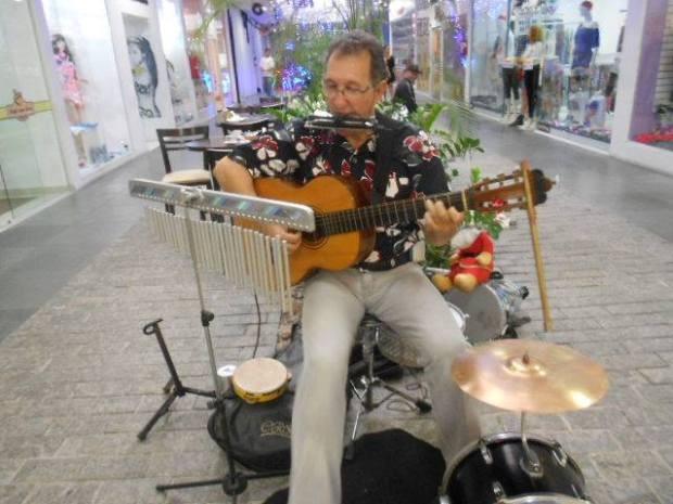 Homem desenvolveu técnica para tocar vários instrumentos ao mesmo tempo (Foto: Alfredo Sambatera / Arquivo Pessoal)