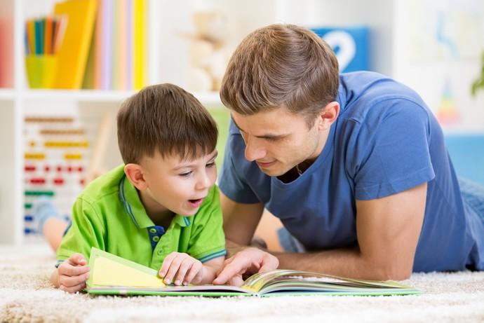 Não há truques para ler para uma criança: reserve alguns minutos, escolha um local agradável, e comece a leitura (Foto: Oksana Kuzmina/Shutterstock)