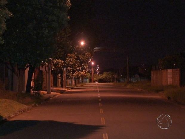 Jovem é morto em frente de casa em Campo Grande (Foto: Reprodução/ TV Morena)
