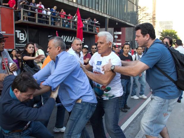 Manifestantes brigam durante protesto na Avenida Paulista; confusão começou com o fim da greve (Foto: Diogo Moreira/Frame/Estadão Conteúdo)
