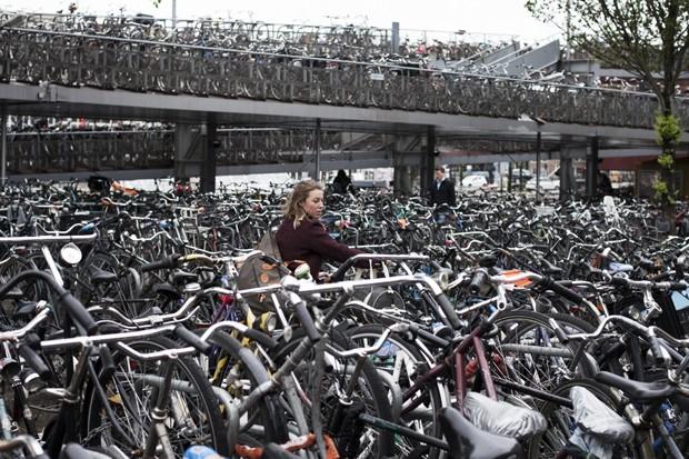 Considerada a capital mundial das bicicletas, Amsterdã, na Holanda, sofre agora com a falta de espaço para guardar as bikes de seus moradores (Foto: Pavel Prokopchik/The New York Times)