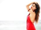 Sthefany Brito estrela ensaio de moda em vermelho-samba, cor que é aposta para o inverno 2013