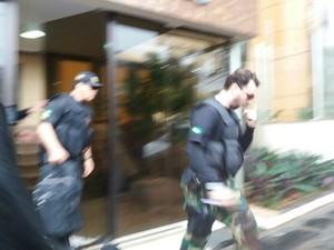 Policiais federais saem do prédio de André Puccinelli (Foto: Gabriela Pavão/ G1 MS)