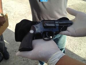 Durante a perícia, a políci encontrou um revólver calibre 38 no carro que vítima conduzia  (Foto: Walter Paparazzo/G1)