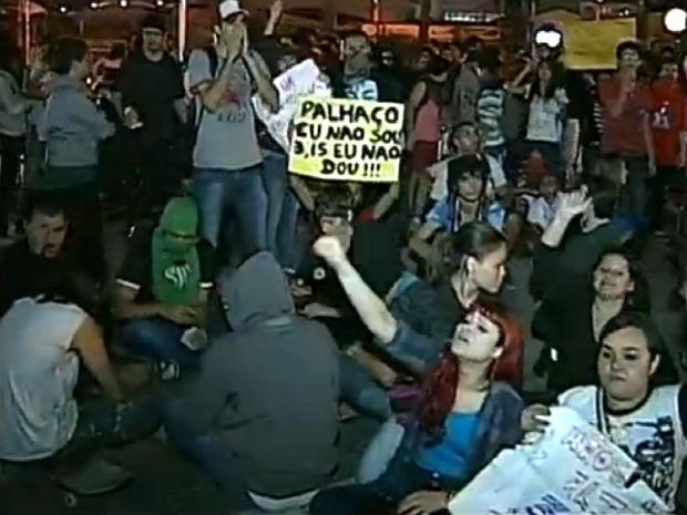 Nova tarifa de ônibus gera protesto de estudantes em Sorocaba (Foto: Reprodução/TV TEM)