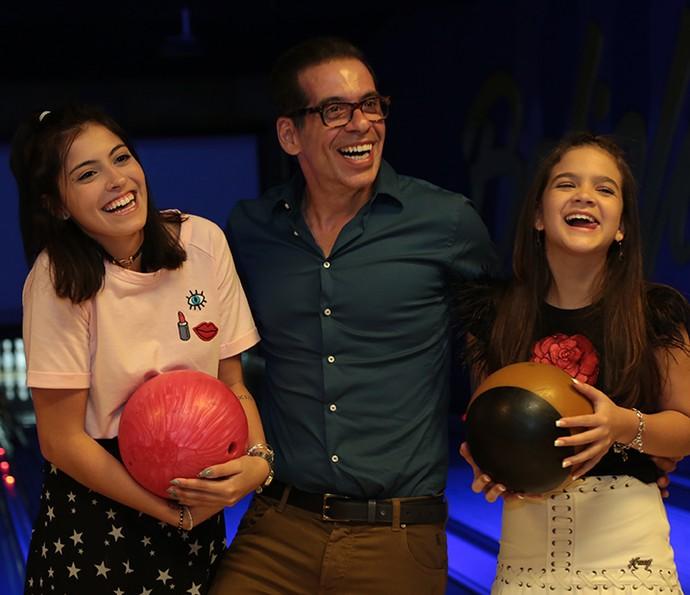 Filha de verdade e filha na ficção: Pietra Hassum e Mel Maia posam com Leandro Hassum na coletiva de 'A Cara do Pai' (Foto: Isabella Pinheiro/Gshow)