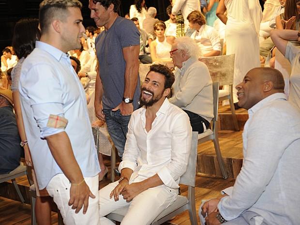 Cauã bate papo com André Marques e Ailton Graça durante gravação da mensagem de fim de ano da Globo (Foto: Renato Rocha Miranda / TV Globo)