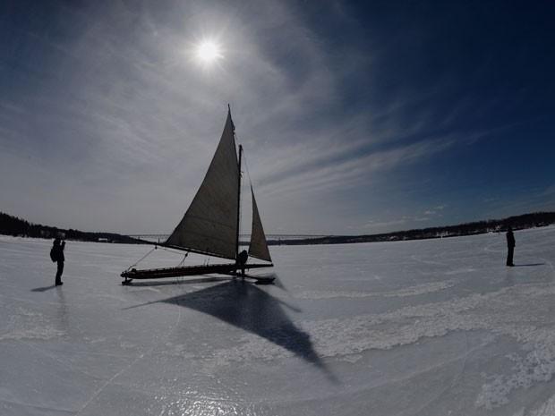 Iate de gelo no rio Hudosn (Foto: Stan Honda/AFP)