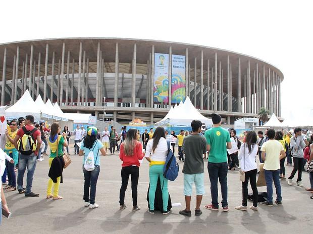 Torcedores se concentram em frente ao Estádio Mané Garrincha, em Brasília, para jogo entre Brasil e Camarões (Foto: Vianey Bentes/TV Globo)