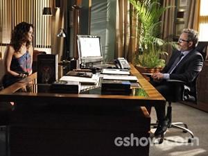 Fernando recebe Juliana em seu escritório (Foto: Inácio Moraes/ TV Globo)