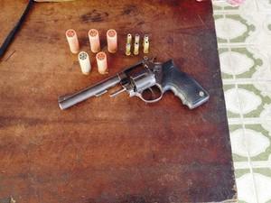 adolescente foi apreendido com arma e munições (Foto: Ascom/Polícia Civil)