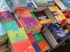 Livros de série filosófica também podem ser encontrados pelo preço de R$ 10 no Salipi (Foto: Patrícia Andrade/G1)