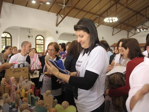 Mães receberam anjinhos de pano e porcelana (Foto: Fernanda Ramos/Agência RBS)