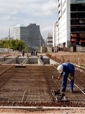 Segunda ponte sobre na avenida Edvaldo Pereira Paiva sobre o Arroio Dilúvio deverá ser entregue no mês de março (Foto: Vanessa Silva/PMPA)
