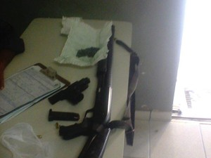 Armas apreendidas com o promotor de Justiça (Foto: Divulgação/ Polícia)