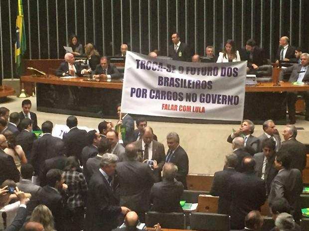 Deputados de oposição estendem faixa de protesto contra o governo no plenário da Câmara (Foto: Nathalia Passarinho / G1)
