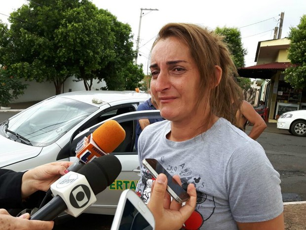 Rosana Gimenez é entrevistada em frente à casa da família em Ribeirão Preto (Foto: Adriano Oliveira/G1)