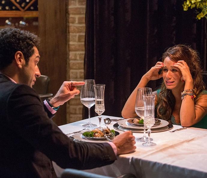 Tancinha se atrapalha na hora de jantar com Beto em restaurante chique (Foto: Ellen Soares/Gshow)