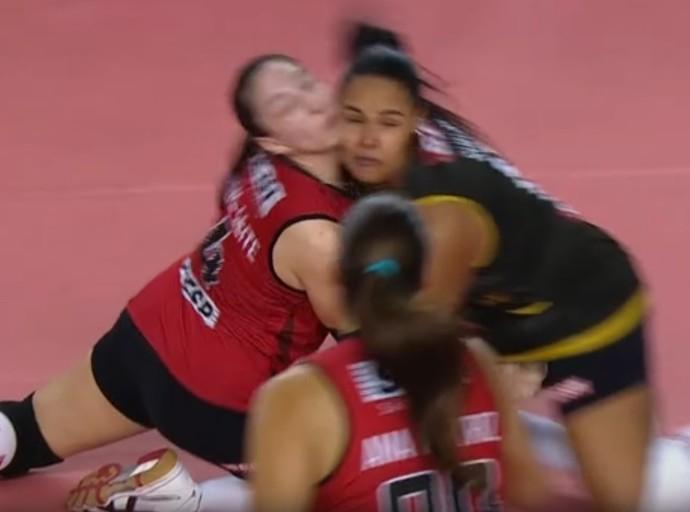 Sesi x São Caetano, Superliga feminina de vôlei Carol Leite e Suelen se chocam ao tentar defesa  (Foto: Reprodução/SporTV)