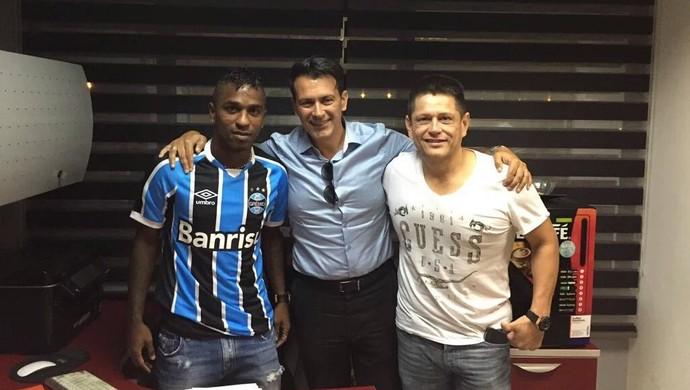 Miller Bolaños veste a camisa do Grêmio (Foto: Reprodução/Twitter)