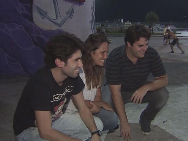 Jovens produtores se reuniram para planejar o filme (Foto: Reprodução/TV Tribuna)