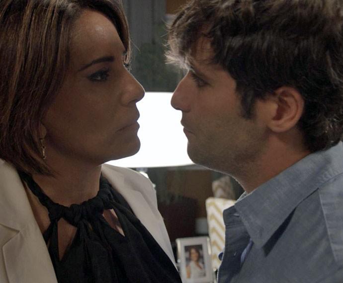 Murilo tenta seduzir Beatriz (Foto: TV Globo)
