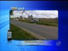 Adolescente dirige carro do pai e quase derruba poste em estrada