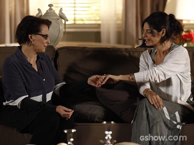 Verônica mostra o anel para Selma, que o perde em seguida (Foto: Em Família/TV Globo)