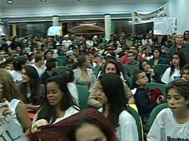 Os manifestantes tomaram conta da Câmara e pediram redução da tarifa de ônibus e o fim da corrupção. (Foto: Reprodução/TV Tem)