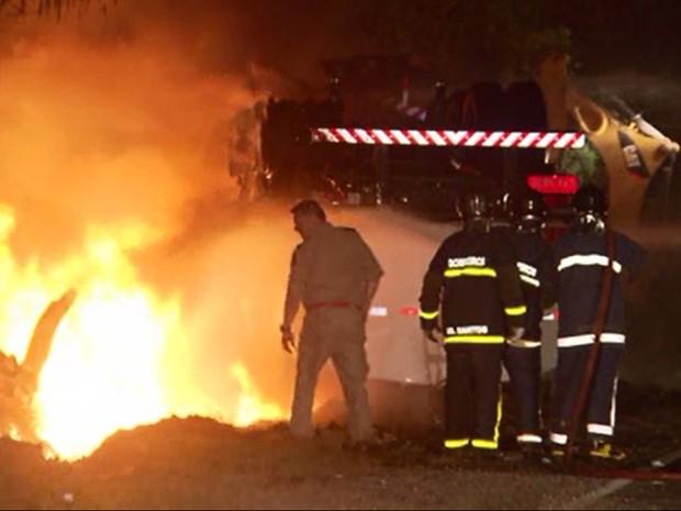 Bombeiros foram chamados para tentar controlar as chamas (Foto: Reprodução/RPC)