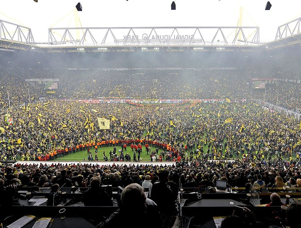 torcida do Borussia Dortmund invade o gramado na comemoração do título (Foto: AP)