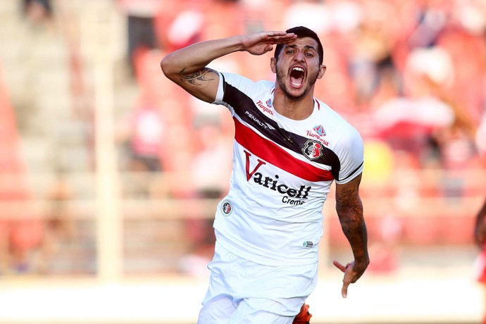 Bruno Moraes comemora gol do Santa Cruz contra o Mogi Mirim (Foto: Marcos Bezerra / Estadão Conteúdo )
