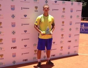 Bruno Sant'anna exibe troféu do título em Lins (SP) (Foto: Divulgação)