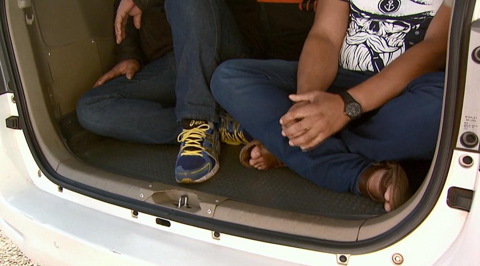Suspeitos detidos fora levados para a PF de Araraquara (Foto: Marlon Tavoni/EPTV)