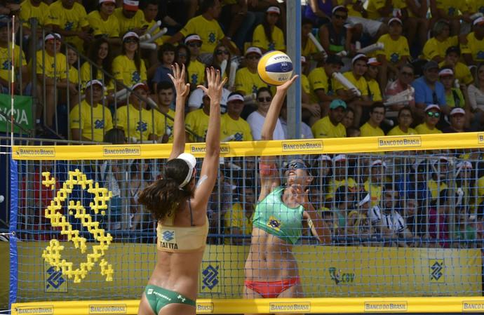 Duda encara bloqueio de Talita Circuito Brasileiro vôlei de praia (Foto: Alexandre Arruda/CBV)