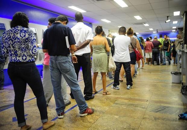 Filas se formam no sábado nas agências da Caixa para saque de contas inativas do FGTS (Foto: Tomaz Silva/Agência Brasil)