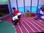 """Jogadora da seleção brasileira de rugby faz um """"tackle"""" em Andreoli"""