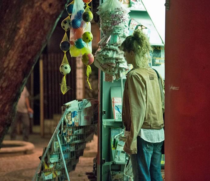 A garota consegue fugir antes de ser vista (Foto: Fabiano Battaglin/Gshow)