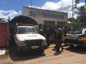 Polícia faz cerco para tentar prender criminosos (Foto: Michelly Oda/ G1)