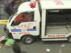 Carro da polícia atropela manifestantes em protesto em Manila