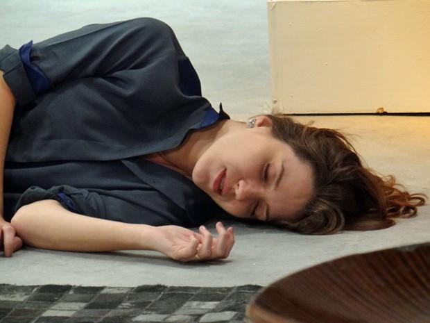 Laura cai da escada e desmaia (Foto: TV Globo)