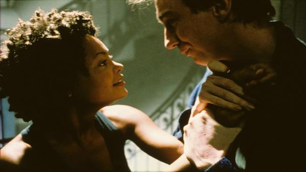 Thandie Newton em cena de 'Assédio' (1998) (Foto: Reprodução)