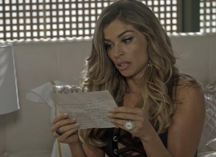 Luciane encontra carta de Carmem e fica surpresa