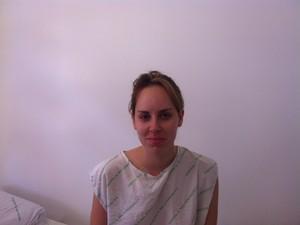 No hospital, Ingrid gosta de checar as redes sociais pelo celular (Foto: Luiza Carneiro/G1)
