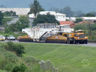Veículo com carga especial volta a congestionar BR-101, em Angra, RJ